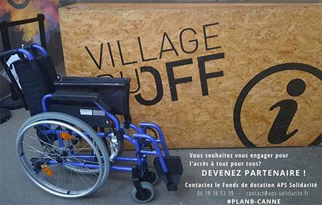 Fauteuil roulant devant le panneau du village du off du festival off avignon